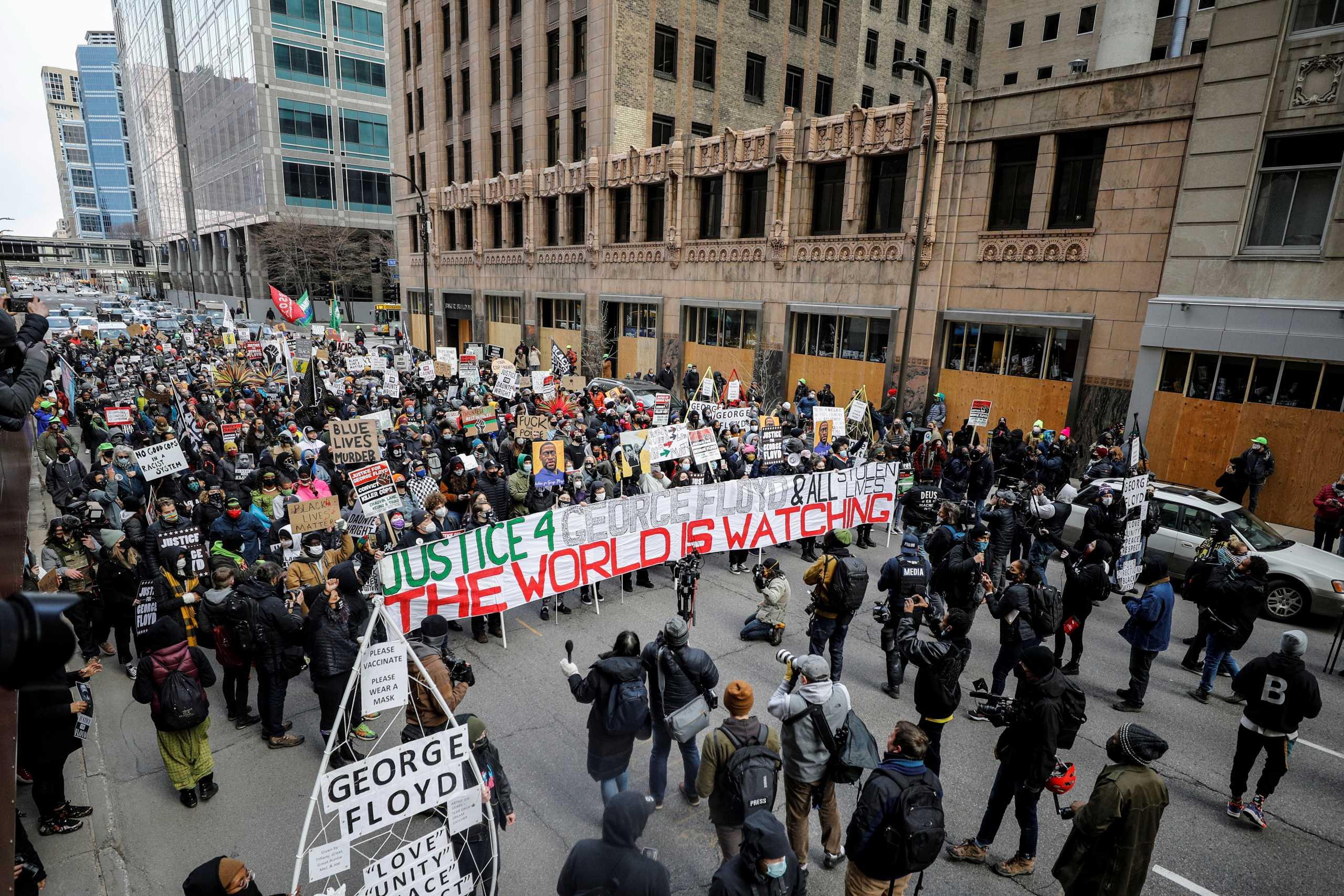 Τζορτζ Φλόιντ: Πολιτείες ετοιμάζονται για «πόλεμο» αν αθωωθεί ο αστυνομικός (pics)