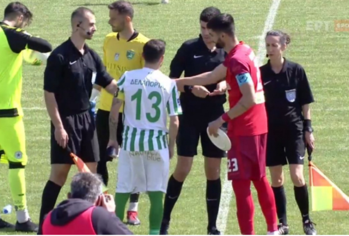 Football League: Αρχηγός ομάδας έδωσε στον αντίπαλο του πιάτο αντί για λάβαρο (video)
