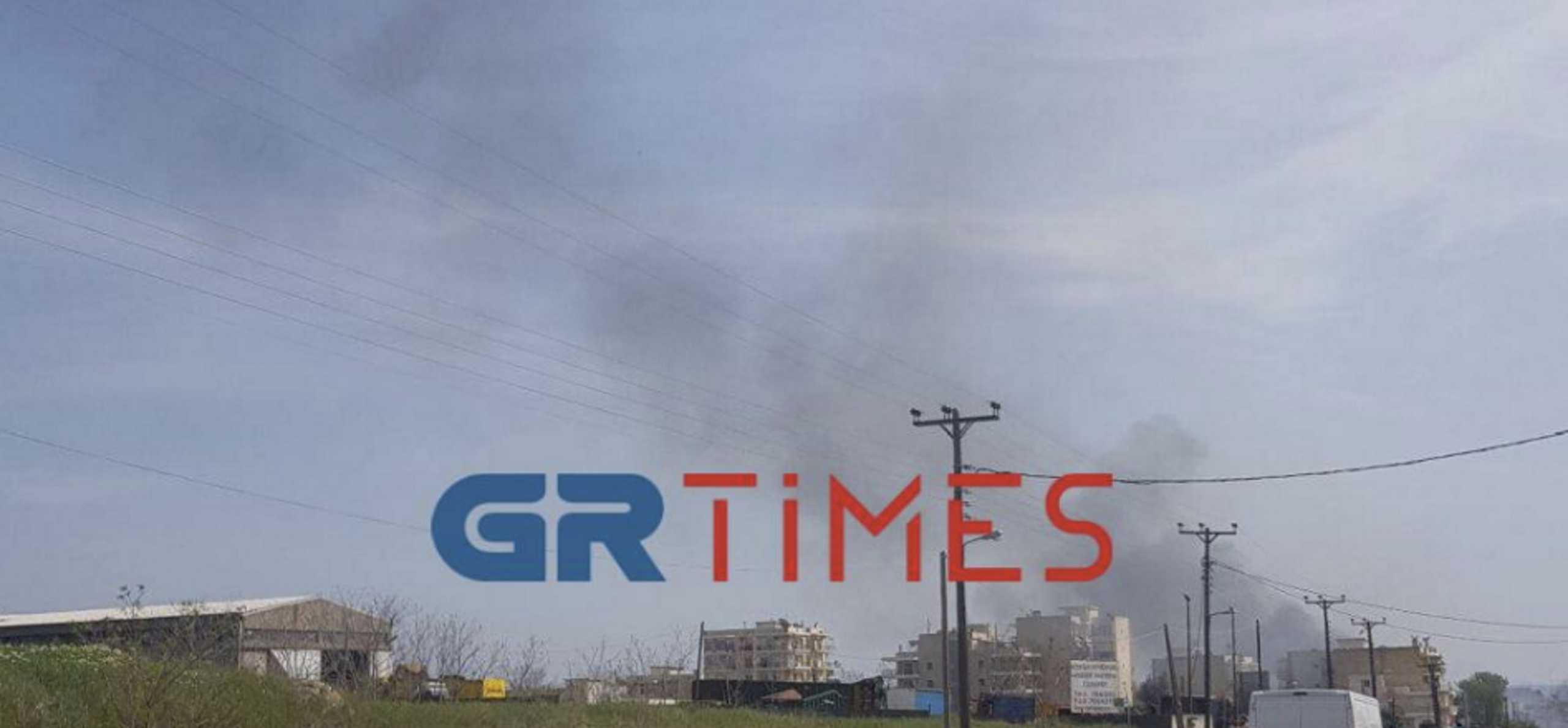 Φωτιά στον Εύοσμο Θεσσαλονίκης – Σκοτείνιασε ο ουρανός (pics)