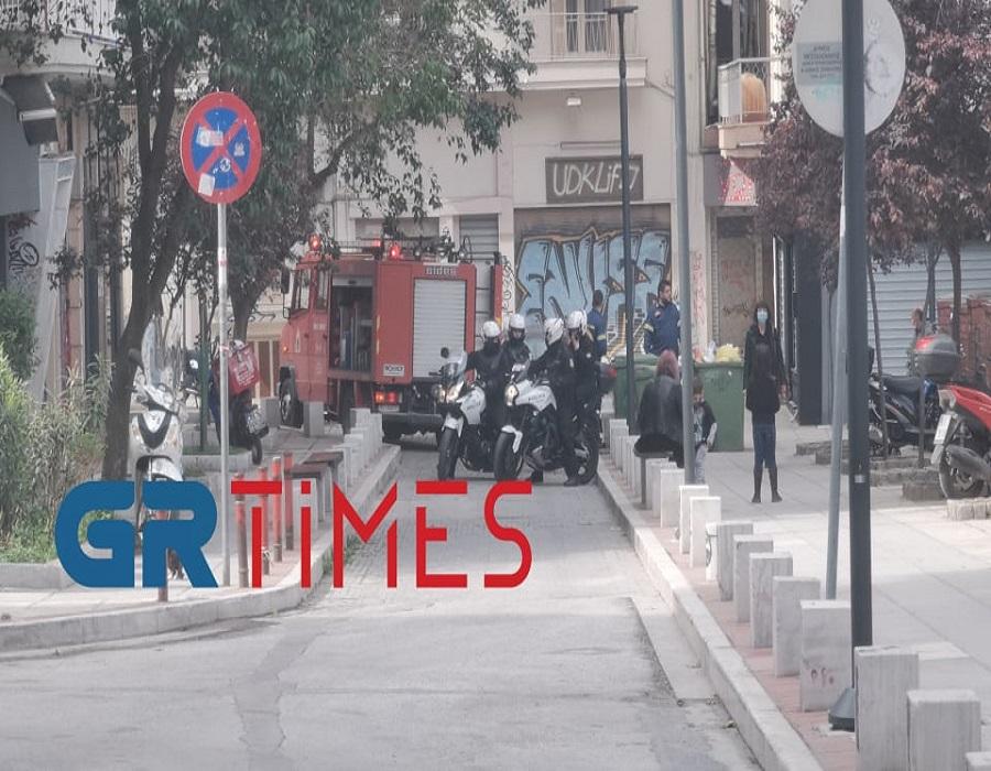 Θεσσαλονίκη: Αναστάτωση από φωτιά σε υπόγειο – Οι πυροσβέστες απέτρεψαν τα χειρότερα (video)