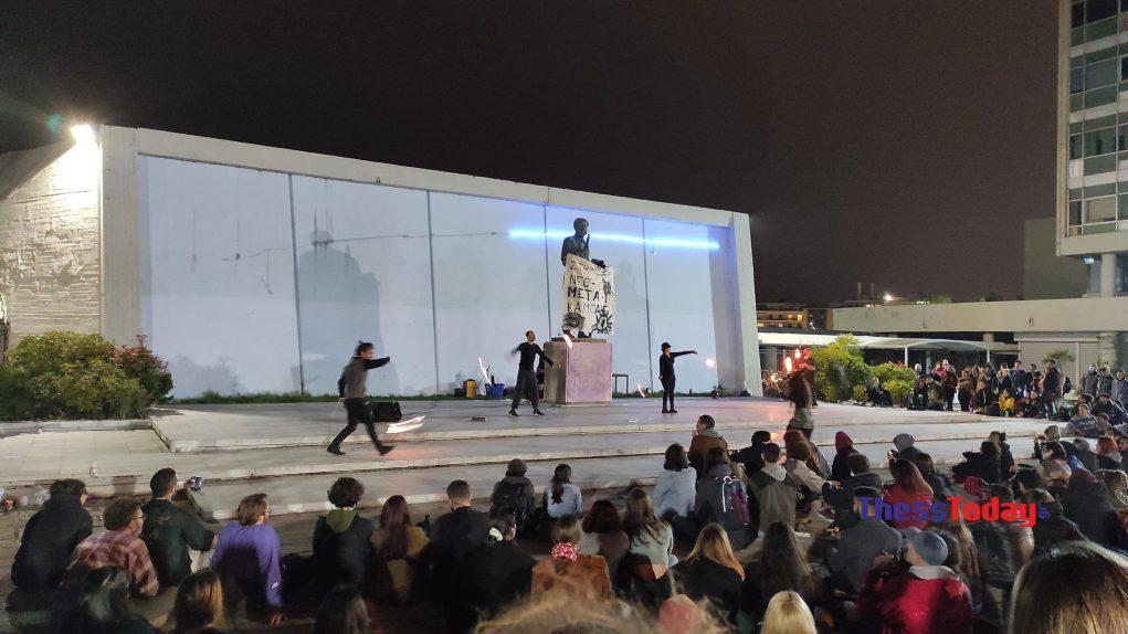 Θεσσαλονίκη: Συνωστισμός και σόου με φλόγες στο ΑΠΘ – Πηγαίνουν περίπατο τα μέτρα για τον κορονοϊό (video)