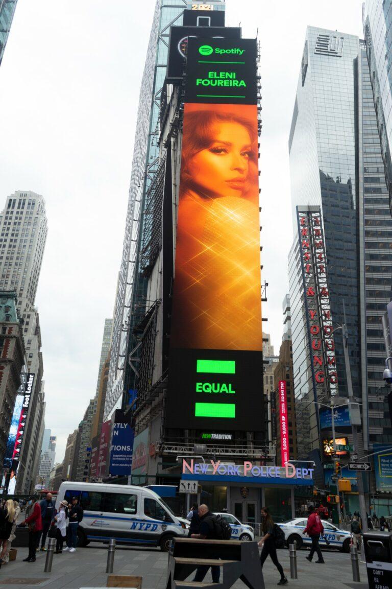 Ελένη Φουρέιρα: Ολόκληρο κτίριο «ντύθηκε» με τη φιγούρα της στην Times Square (pic)