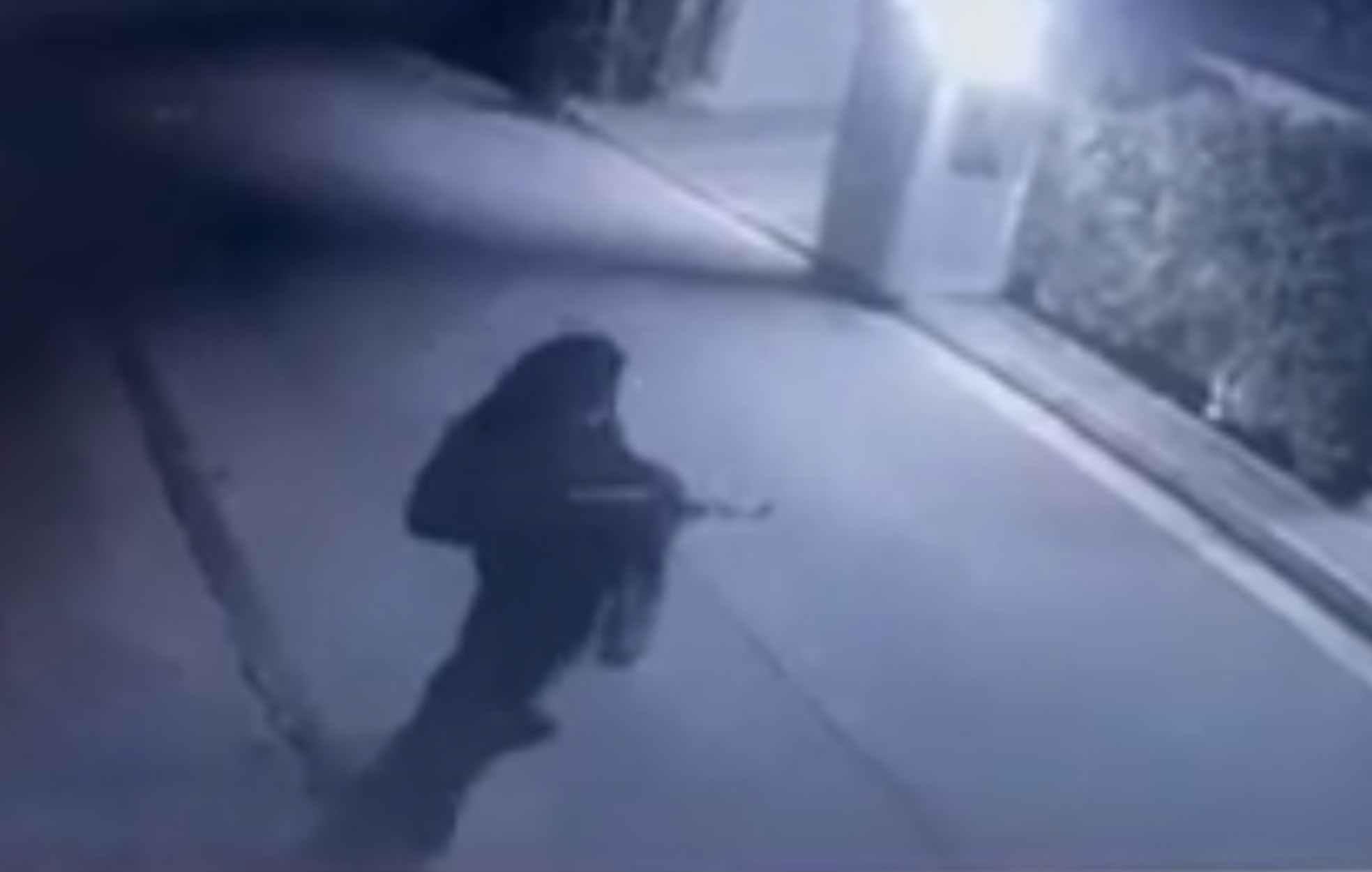 Μένιος Φουρθιώτης: Η στιγμή που άγνωστος πυροβολεί το σπίτι του (video)