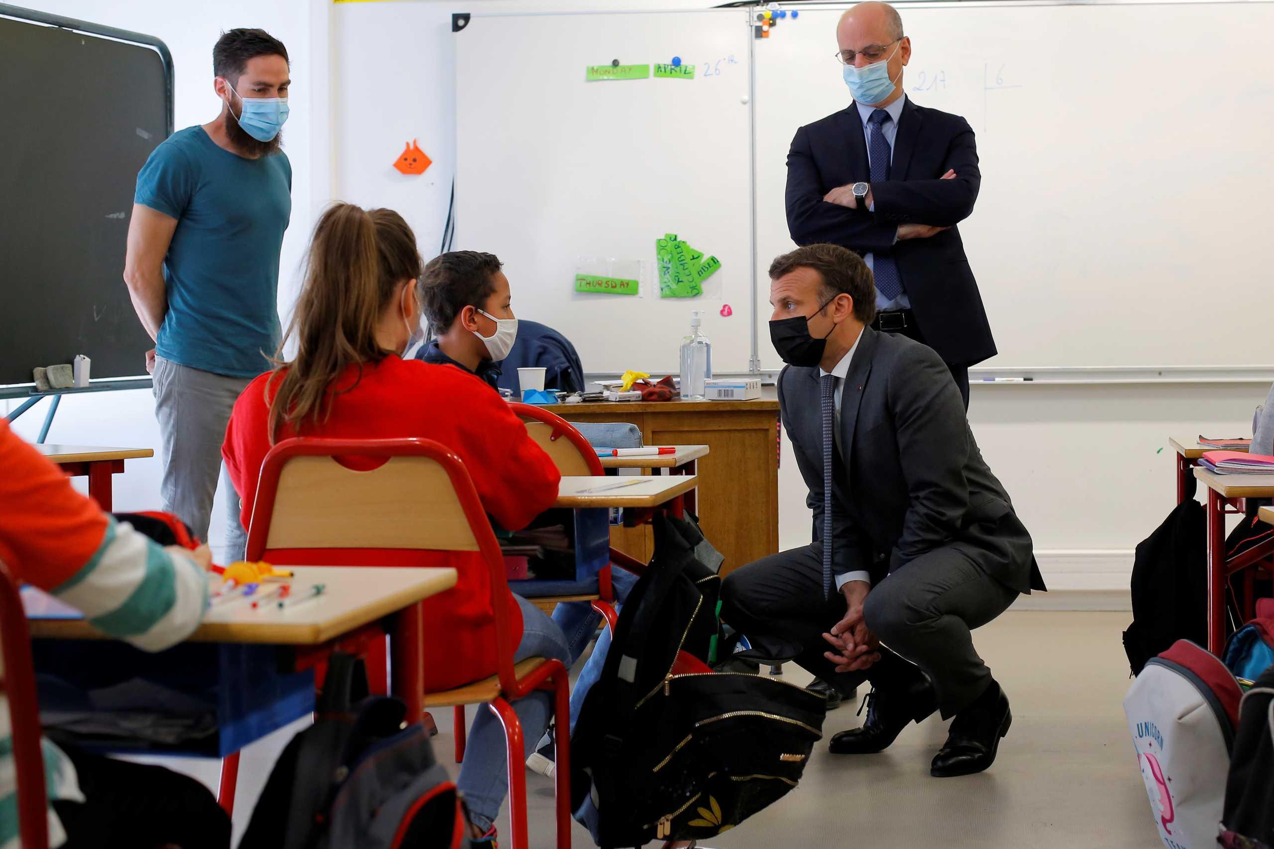 Γαλλία: Επέστρεψαν στις τάξεις τους οι μαθητές του δημοτικού (pics)