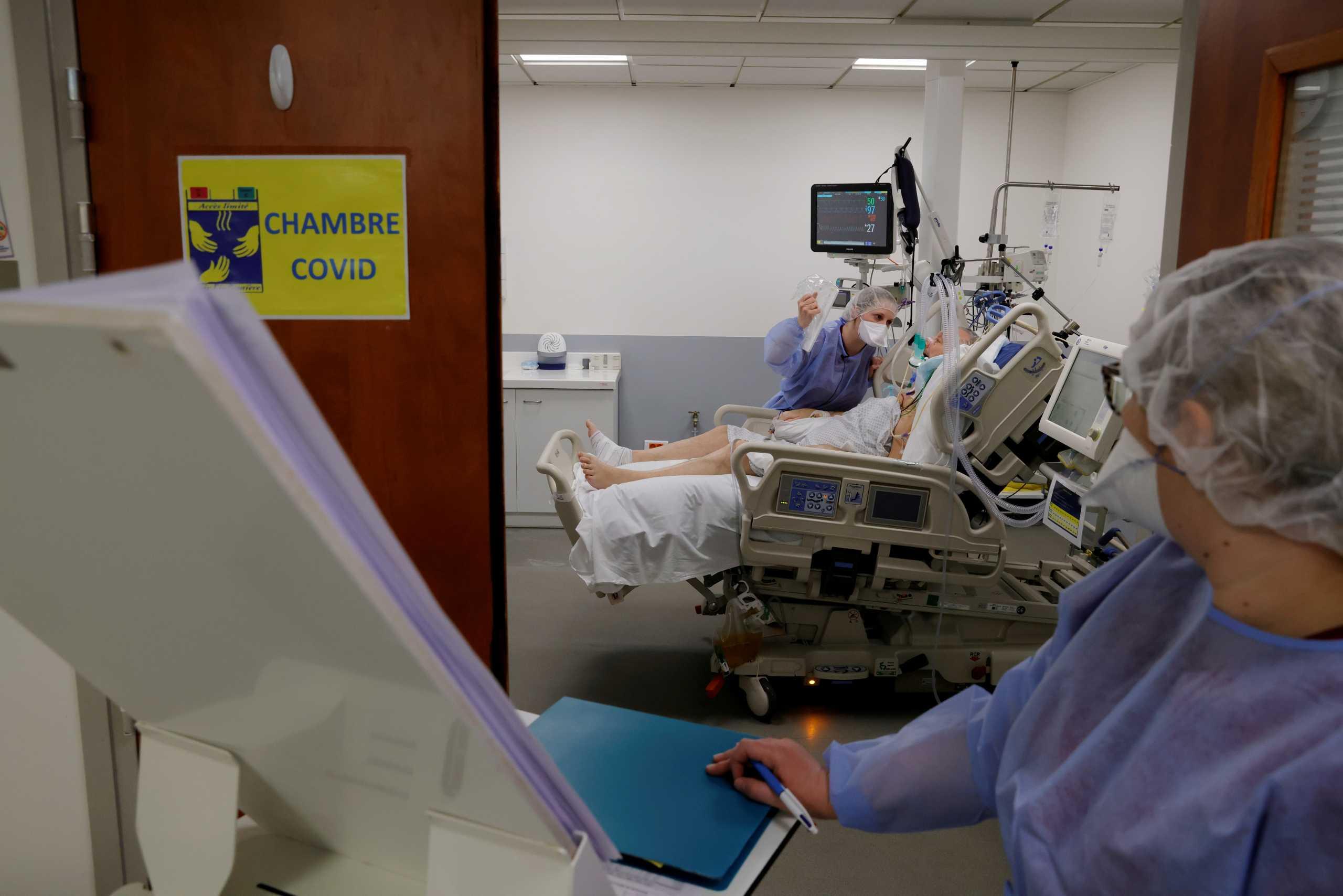 Ο κορονοϊός πιέζει τα νοσοκομεία στην Γαλλία: Αυξάνεται ο αριθμός των ασθενών στις ΜΕΘ