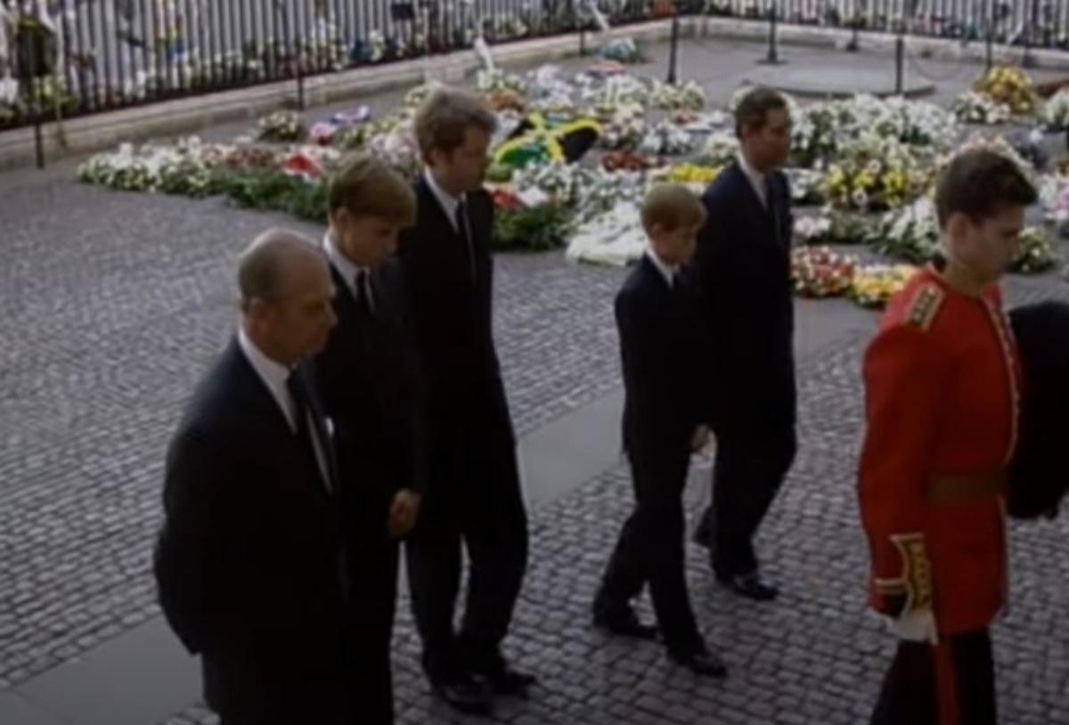 Πρίγκιπας Φίλιππος: Οδυνηρό deja vu για Χάρι και Ουίλιαμ μετά την κηδεία της Νταϊάνα (pics, vids)
