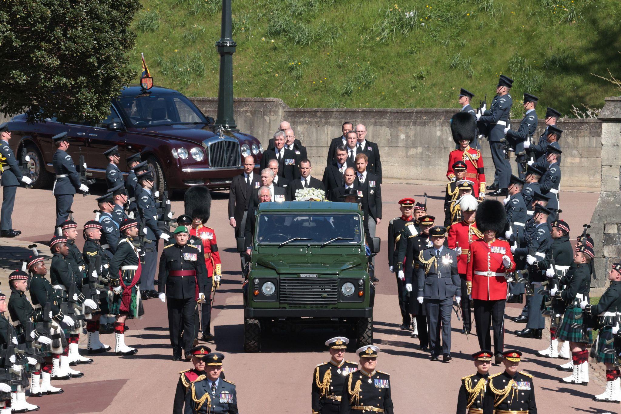 Πρίγκιπας Φίλιππος: Τα παιδιά, τα εγγόνια και η βασίλισσα Ελισάβετ  είπαν το τελευταίο αντίο όπως του άρμοζε (vids, pics)