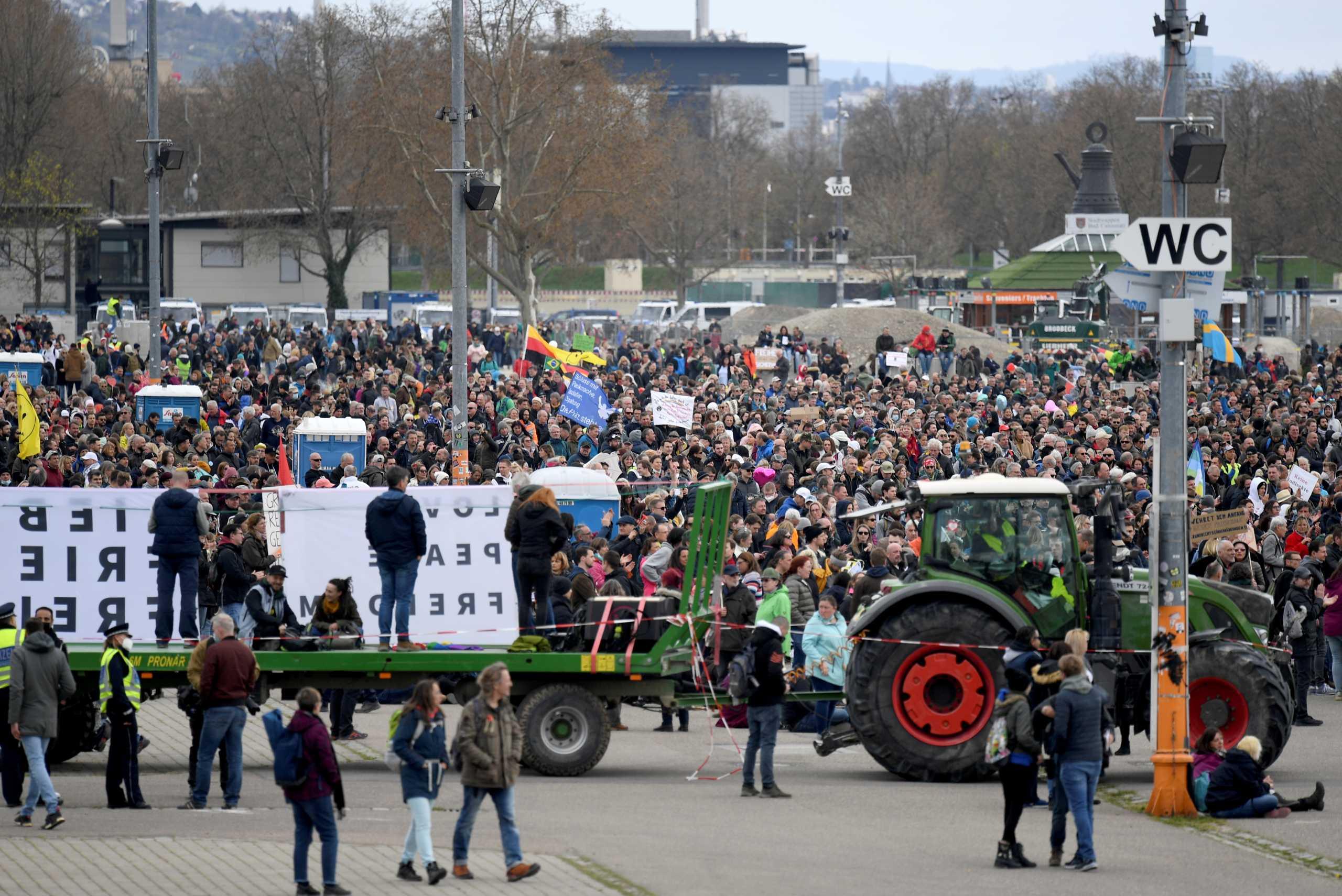 Γερμανία: Διαδήλωση χιλιάδων αρνητών του κορονοϊού  – Πάσχα σε… πάρκινγκ και μέσω ίντερνετ (pics)