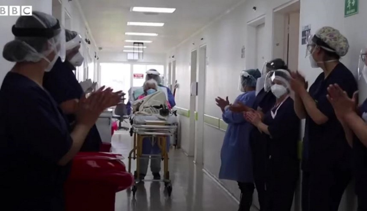 Γιαγιά 104 ετών νίκησε τον κορονοϊό για 2η φορά – Χειροκροτούσαν όταν βγήκε από τη ΜΕΘ(vid)
