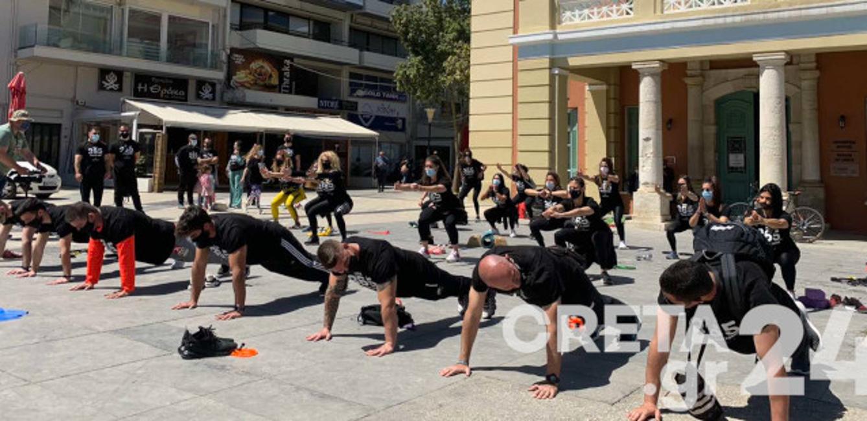 Ηράκλειο: Διαμαρτυρήθηκαν κάνοντας ασκήσεις στην πλατεία για το κλείσιμο των γυμναστηρίων (pics)