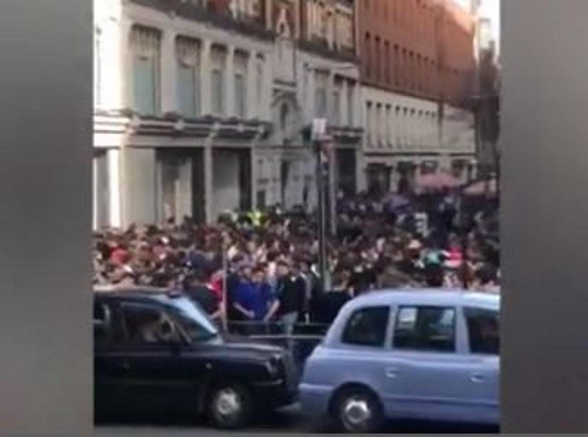 Λονδίνο: Απίστευτες εικόνες έξω από τα Harrods – Πλήθος κόσμου χωρίς μάσκες έκλεισε τον δρόμο (pic, vid)