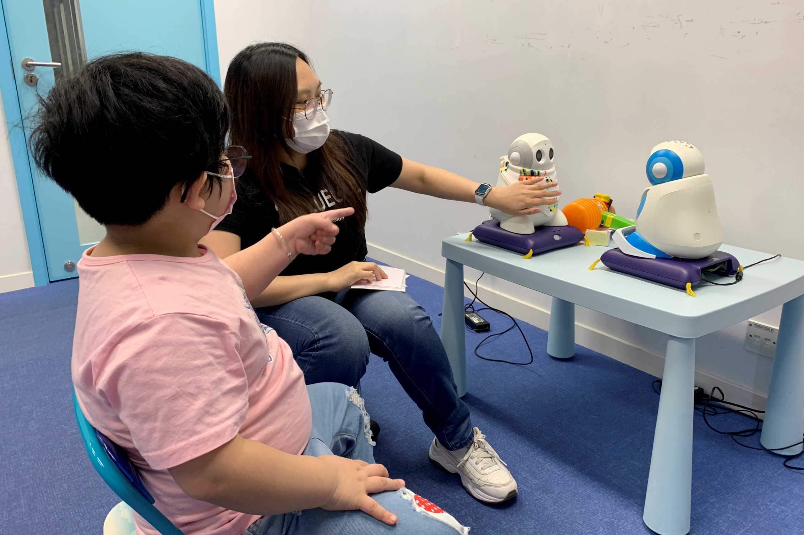 Στο Χονγκ Κονγκ χρησιμοποιούν ρομπότ για την κοινωνικοποίηση των παιδιών με αυτισμό