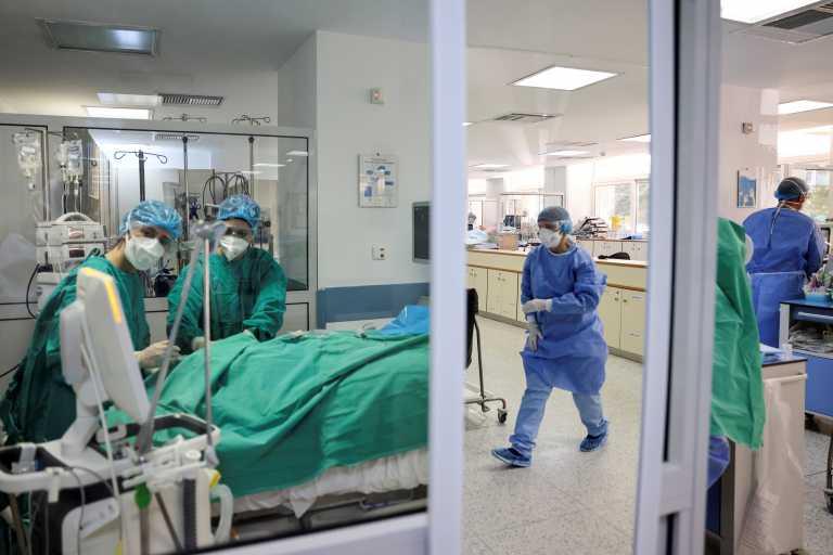 Πολεμούν τον κορονοϊό αλλά και τους αρνητές του - Η μάχη των υγειονομικών σε 2 μέτωπα