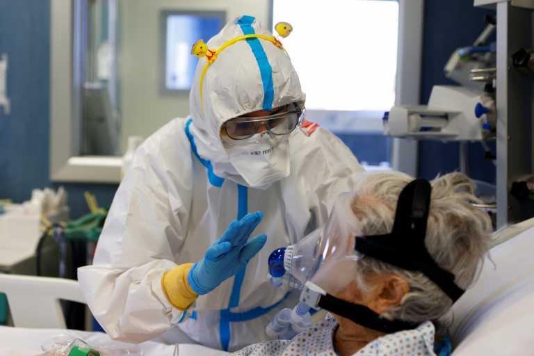 Ο κορονοϊός επελαύνει στην Ευρώπη: Μεταλλάξεις που αλλάζουν τα δεδομένα, μάχες στις ΜΕΘ και εμπόδια στους εμβολιασμούς