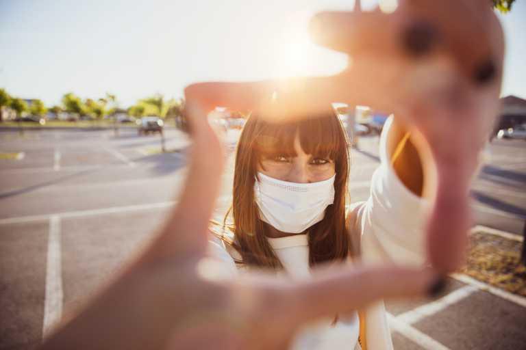 Κορονοϊός: Ο ήλιος αδρανοποιεί κατά 90% τον ιό – Πόσα λεπτά χρειάζεται