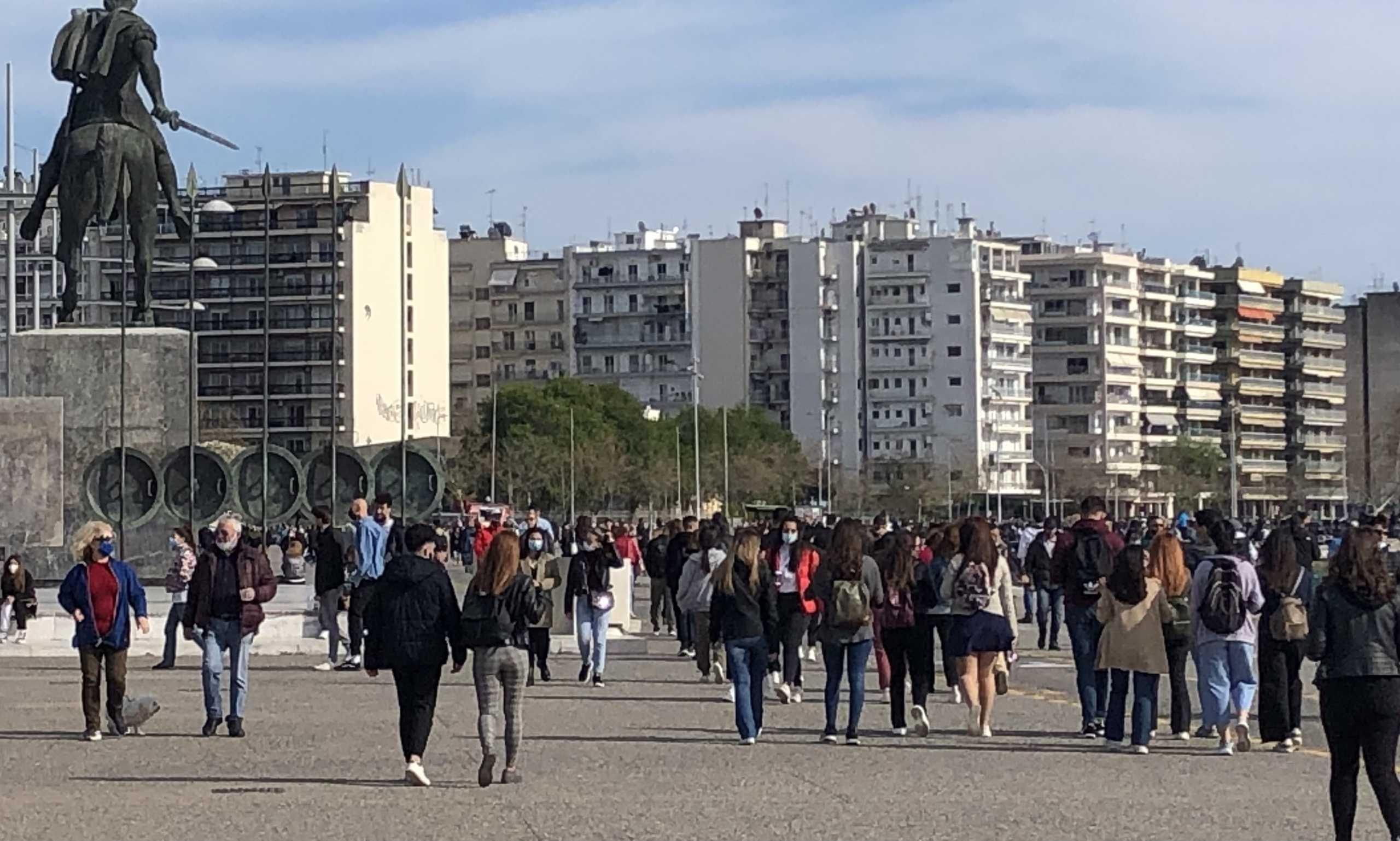Θεσσαλονίκη: Βόλτες στην παραλία – Αυξήθηκε ο κόσμος από το μεσημέρι και μετά (pics)