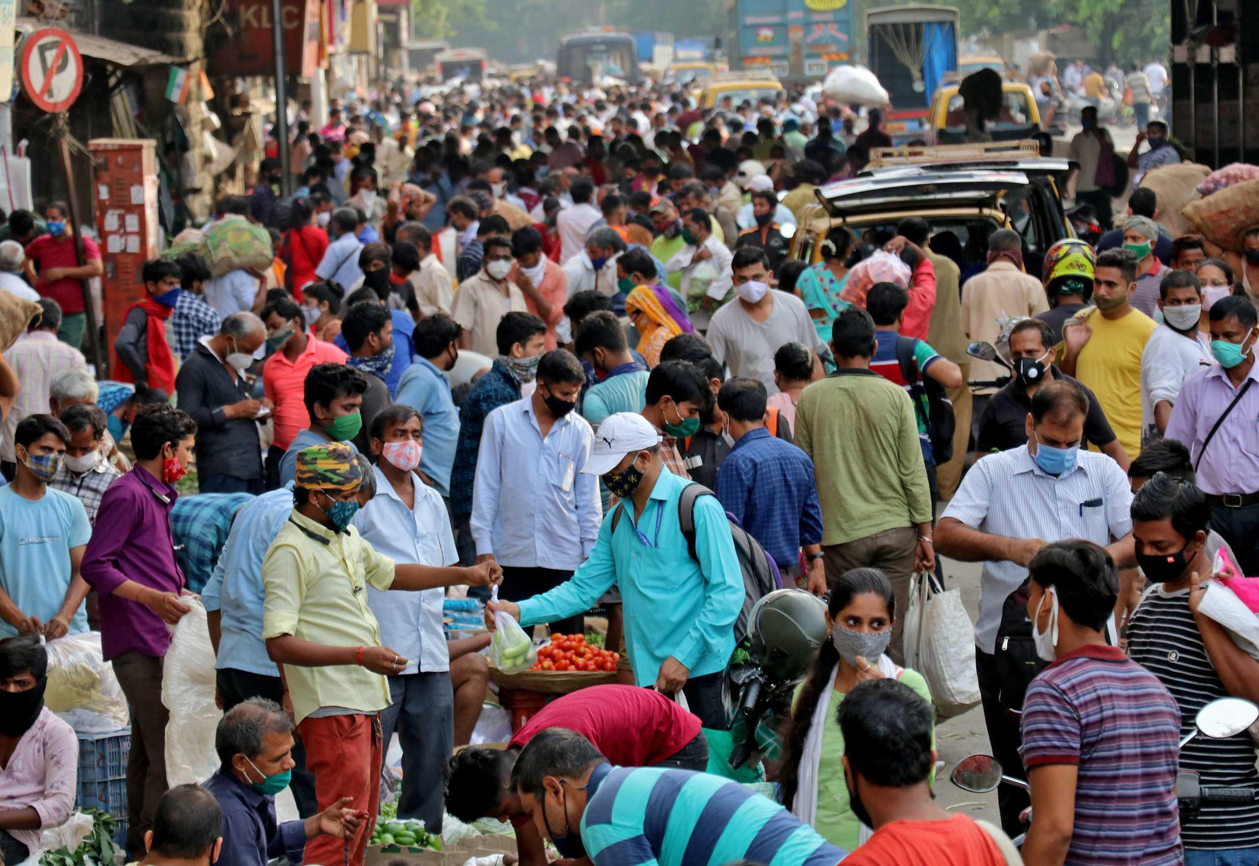 Ινδία: Νέα «παγωμάρα»! Ρεκόρ με πάνω από 295.000 κρούσματα κορονοϊού σε 24 ώρες
