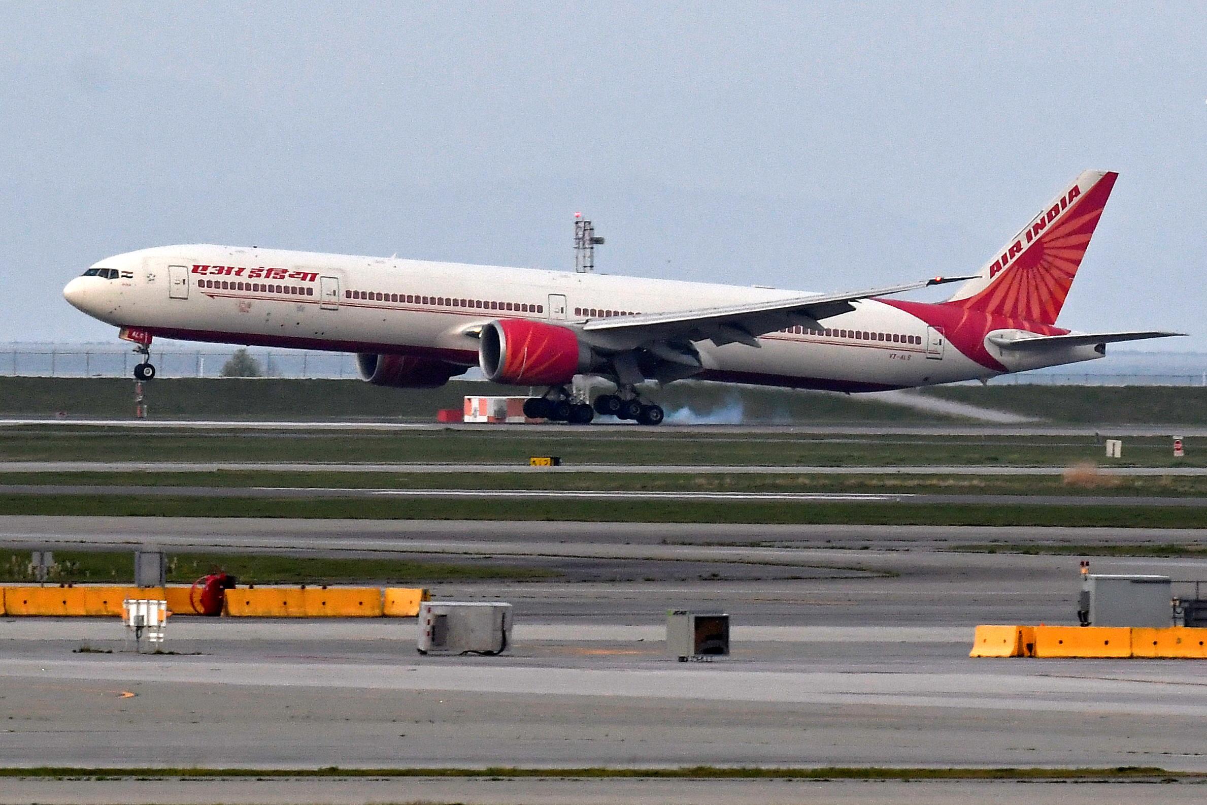 Κορονοϊός: Όπου φύγει φύγει από την Ινδία για να προλάβουν τις τελευταίες πτήσεις και το νέο κύμα