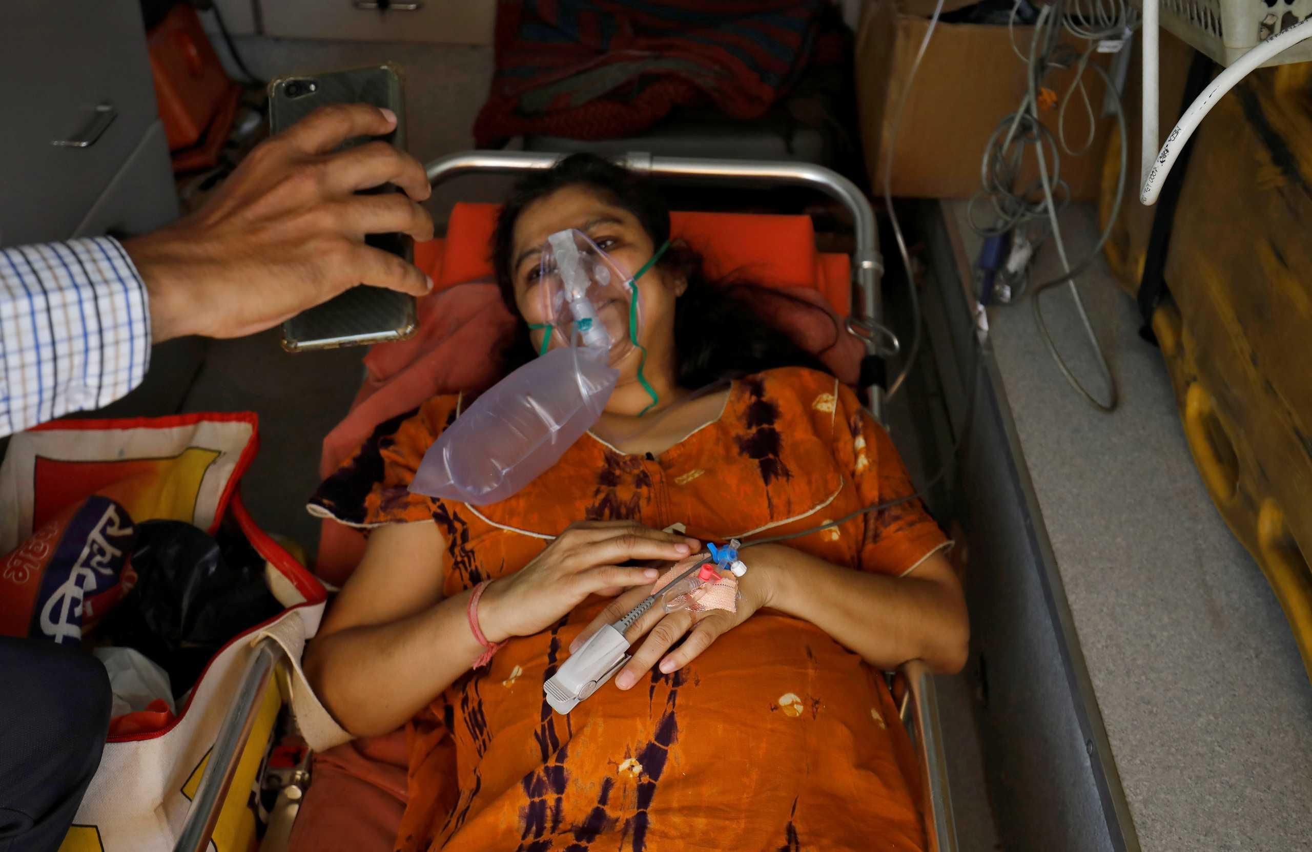 Ινδία: ΜΚΟ σώζουν ασθενείς με κορονοϊό – Ο θάνατος στις πόρτες των νοσοκομείων