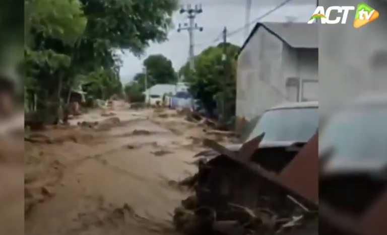 Ινδονησία: Νέα τραγωδία! 44 νεκροί από πλημμύρες και κατολισθήσεις (video)