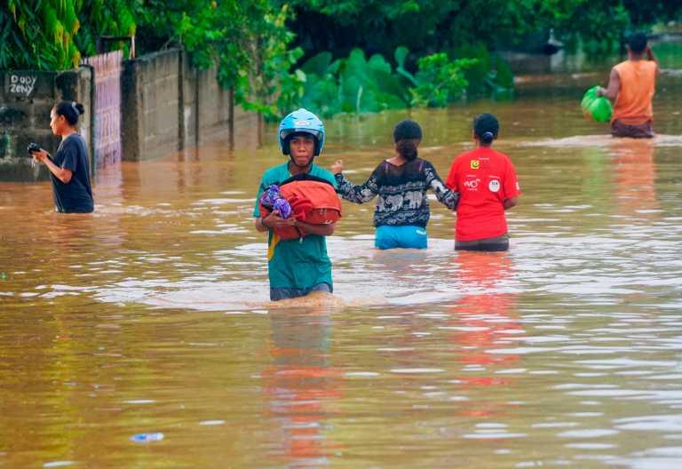 Φονικές πλημμύρες στην Ινδονησία: Τουλάχιστον 157 νεκροί, δεκάδες αγνοούμενοι (pics, vids)
