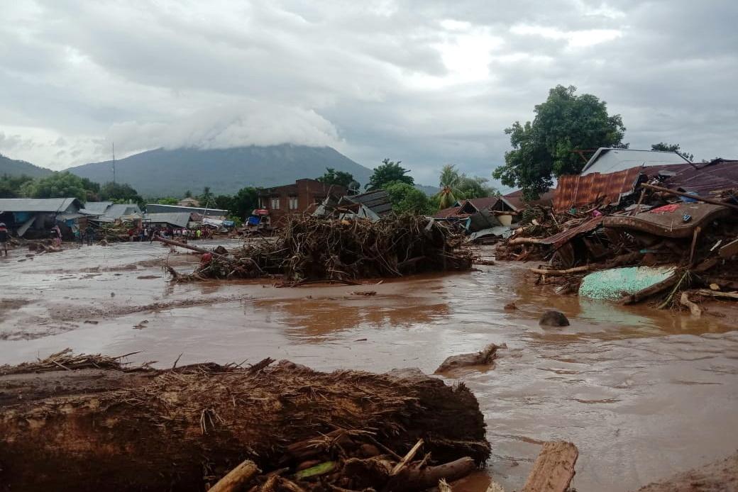 Ινδονησία: Σχεδόν 80 οι νεκροί από τις φονικές πλημμύρες (pics)