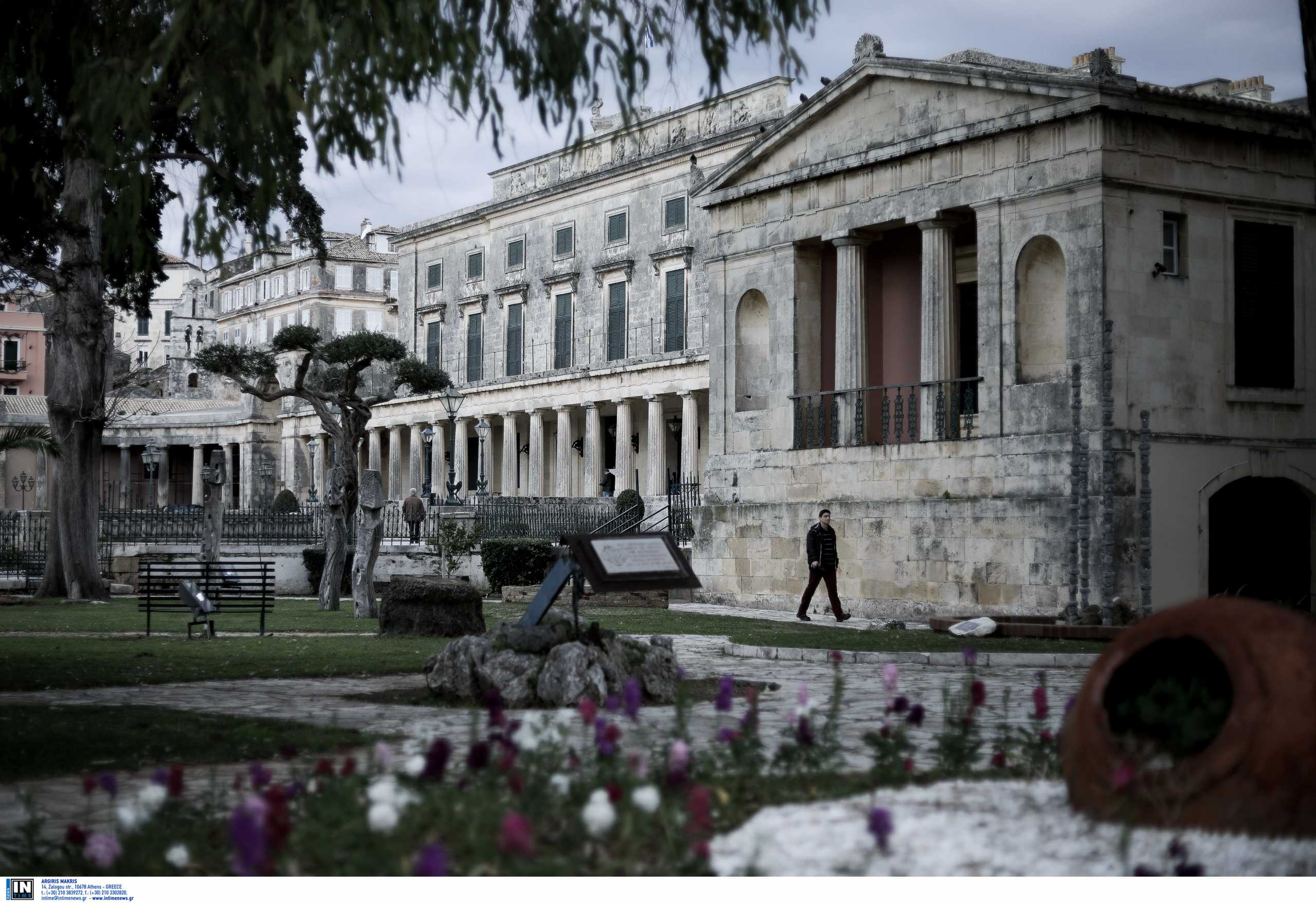Το ελληνικό νησί που έχει τη μεγαλύτερη πλατεία των Βαλκανίων