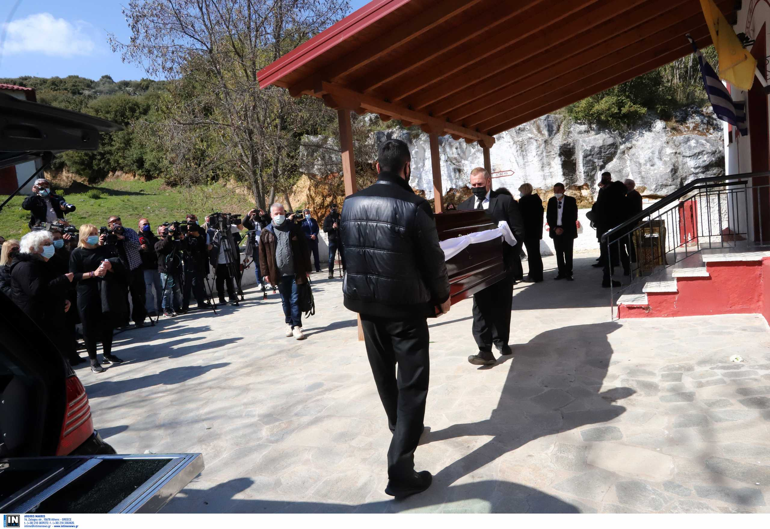 Κηδεία Γιώργου Καραϊβάζ: Το τραγούδι που ακούστηκε με επιθυμία του γιου του (video)