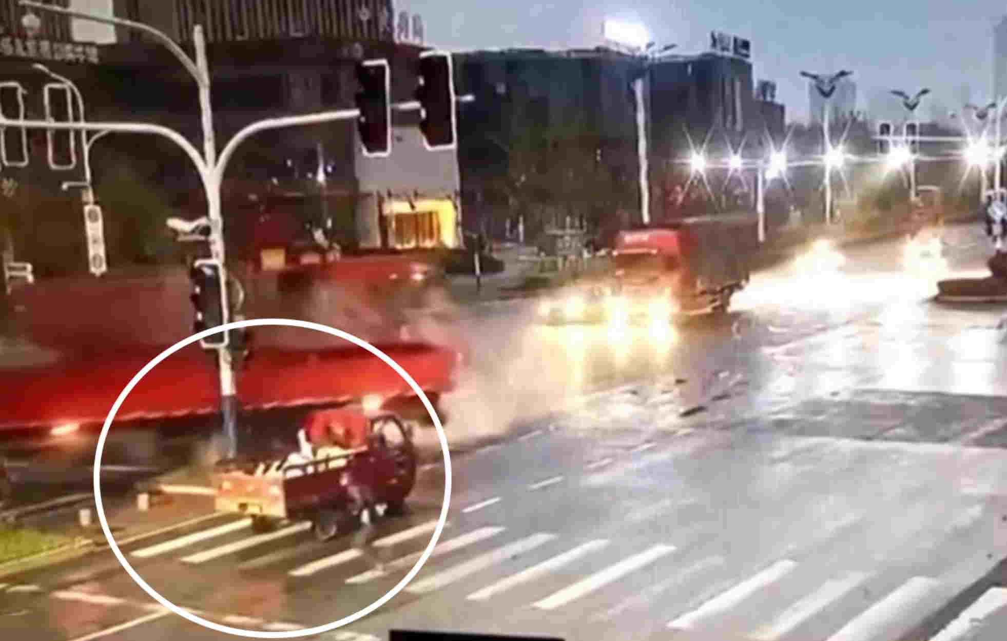 Απίστευτο ατύχημα: Πεζός γλίτωσε από θαύμα την ώρα που διέσχιζε τον δρόμο