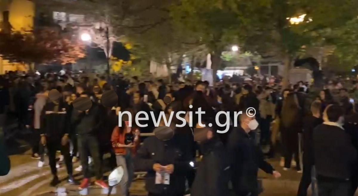 Σοκαριστικές εικόνες: Χωρίς μάσκες, ο ένας πάνω στον άλλον στις πλατείες της Αθήνας τα έπιναν το Σαββατόβραδο