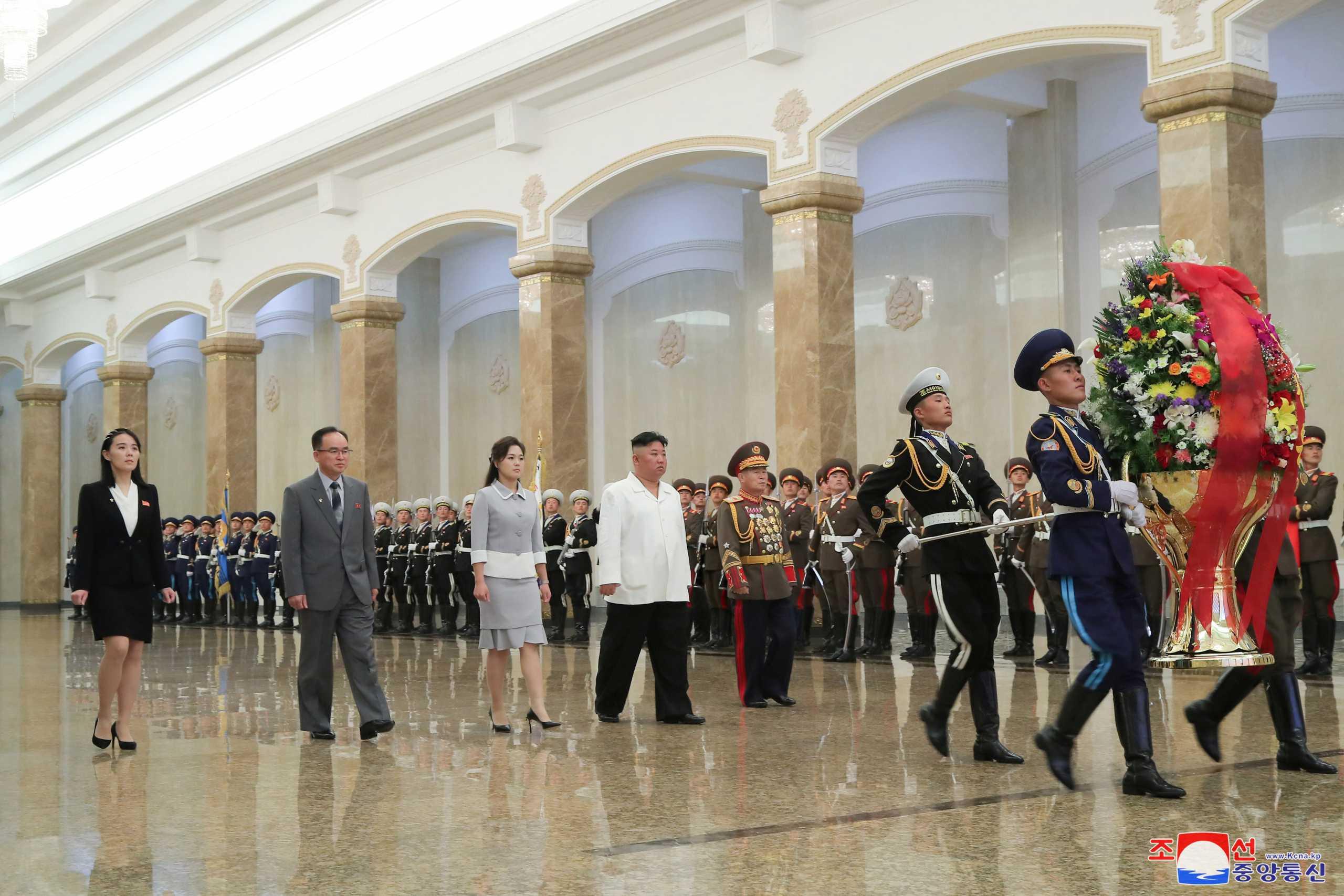 Κιμ Γιονγκ Ουν: Επισκέφθηκε με την αδελφή του το μαυσωλείο του παππού του (pics)