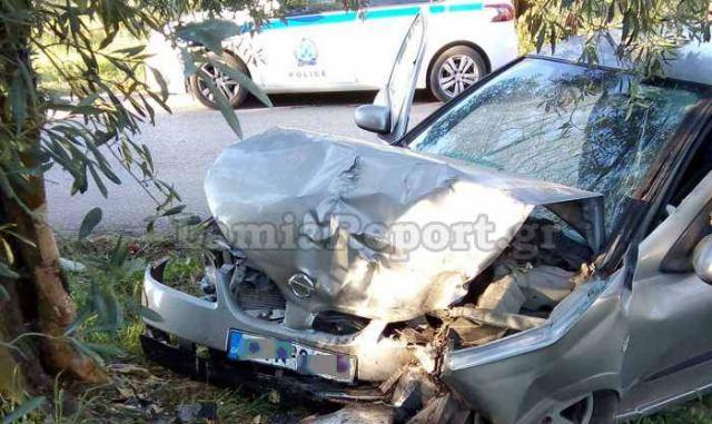 Φθιώτιδα: Αυτοκίνητο «καρφώθηκε» σε ελιά – Θρίλερ για τον απεγκλωβισμό της οδηγού (pics)