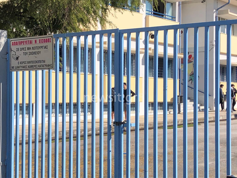 Θεσσαλονίκη: Εξώδικο στον διευθυντή του σχολείου στη Θέρμη από τον αρνητή πατέρα των self test – Ζητάει αποζημίωση (video)