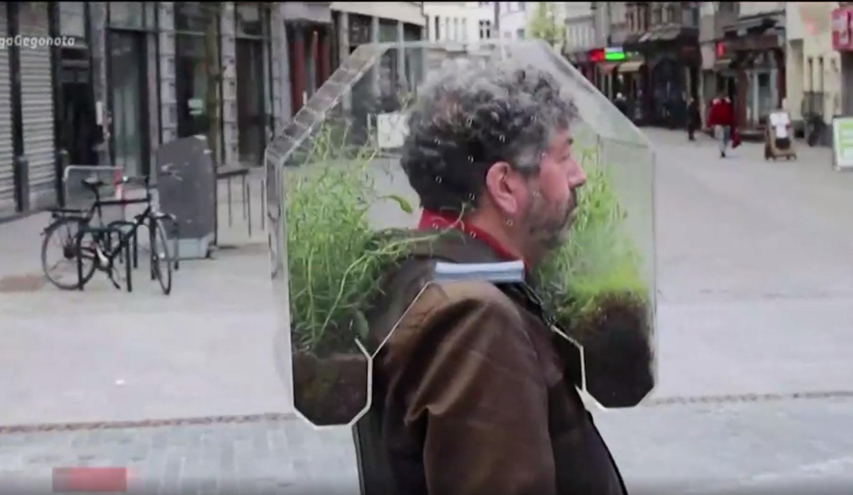 Βέλγιο: Έφτιαξε μάσκα «θερμοκήπιο» για την προστασία από τον κορονοϊό