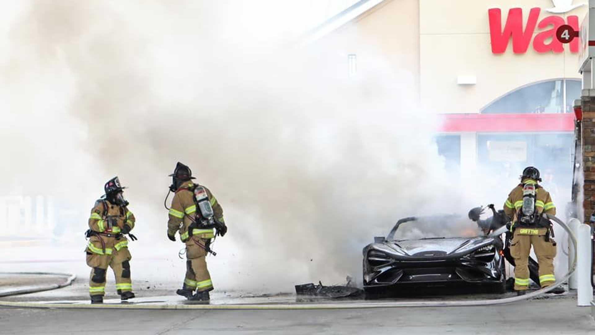 Συλλεκτική McLaren έγινε στάχτη, την ώρα που ανεφοδιαζόταν με καύσιμα! (pics)