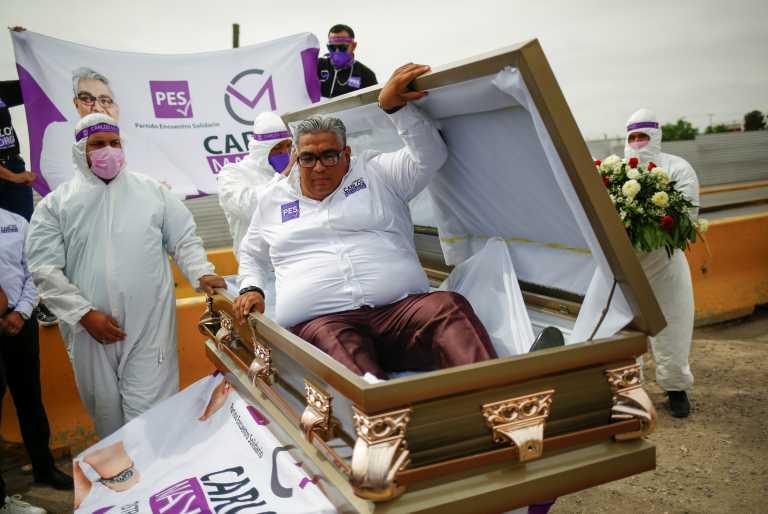 Απίστευτος: Έκανε προεκλογική εκστρατεία από το… φέρετρο (vid)