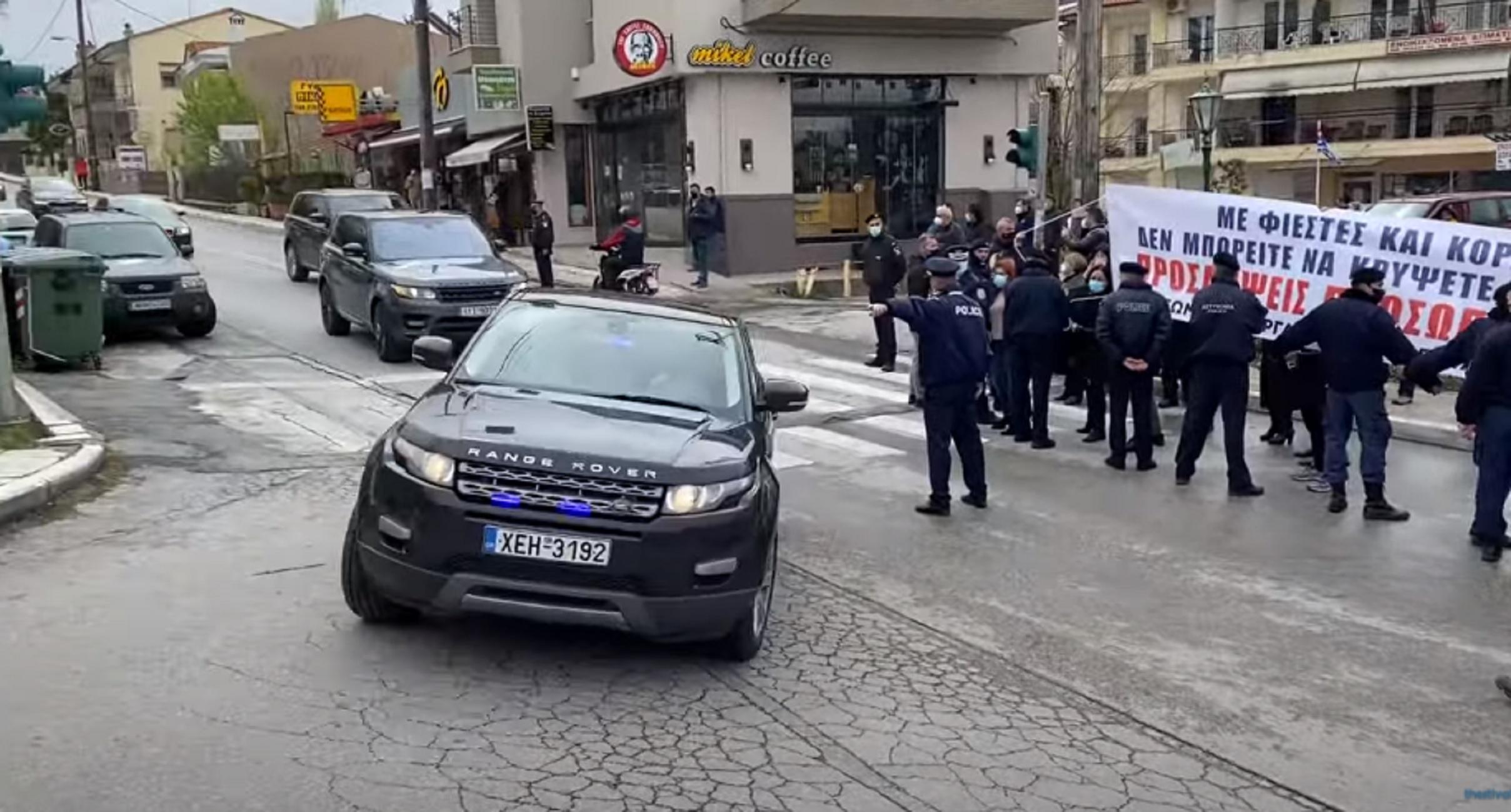 Θεσσαλονίκη: «Θερμή» υποδοχή στον Κυριάκο Μητσοτάκη – Δείτε τι έγινε όταν πέρασε η αυτοκινητοπομπή του πρωθυπουργού (video)