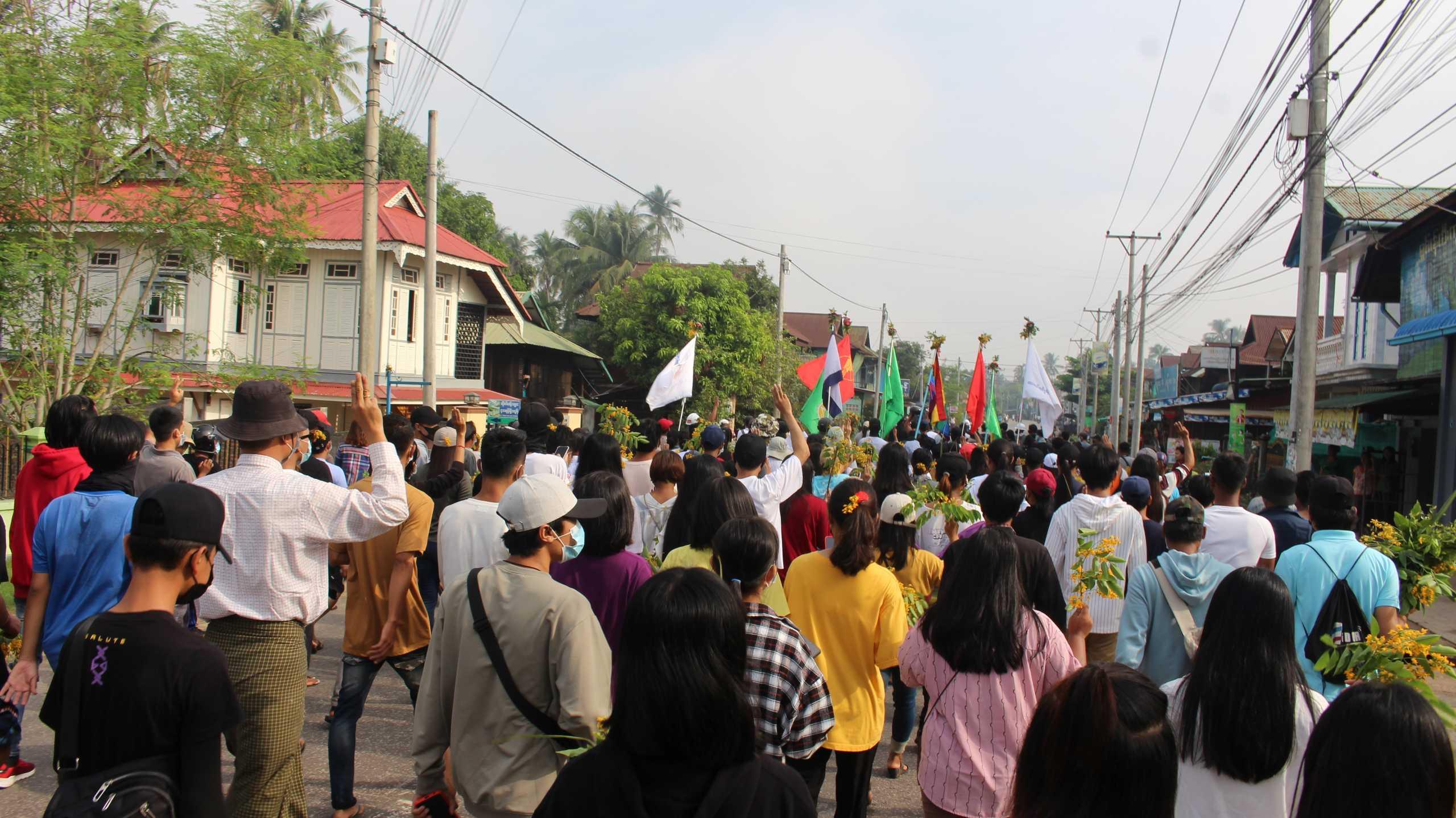 Πραξικόπημα Μιανμάρ: Ο στρατός άνοιξε πυρ εναντίον διαδήλωσης υγειονομικών – Πληροφορίες για θύματα (pics)