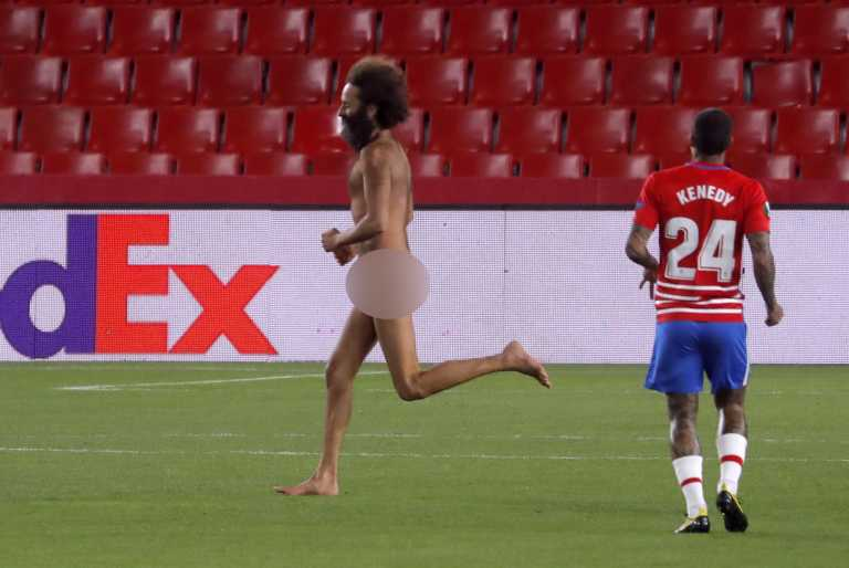 Europa League: «Ντου» από γυμνό άνδρα στο Γρανάδα – Μάντσεστερ Γιουνάιτεντ (pics+video)