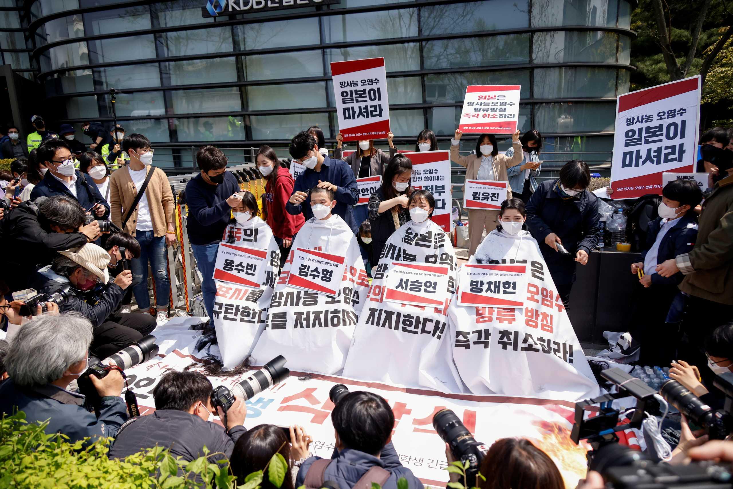 «Όχι μολυσμένο νερό στη θάλασσα»: Φοιτητές στη Σεούλ διαμαρτυρήθηκαν ξυρίζοντας τα κεφάλια τους (pics)