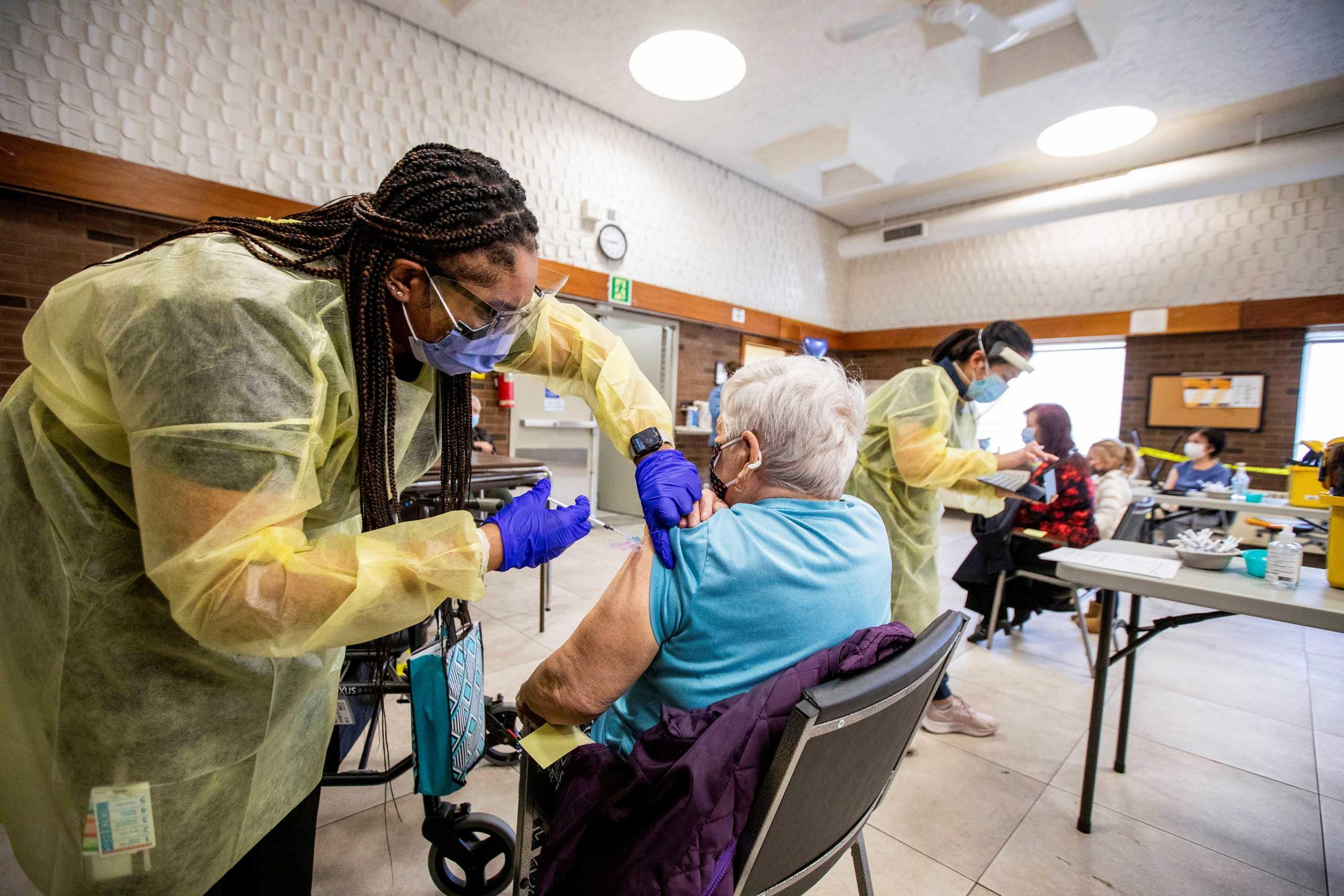 ΗΠΑ: Μετάλλαξη του κορονοϊού εξαπλώθηκε σε γηροκομείο – Το 90% είχε εμβολιαστεί