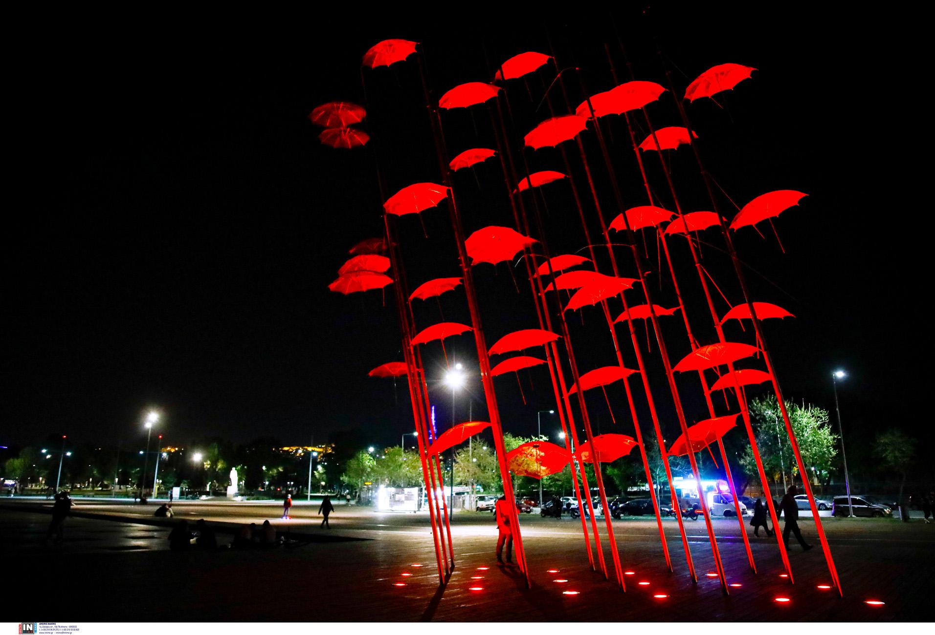 Θεσσαλονίκη: Στο κόκκινο της Μεγάλης Πέμπτης φωτίστηκαν οι «Ομπρέλες» στη Νέα Παραλία