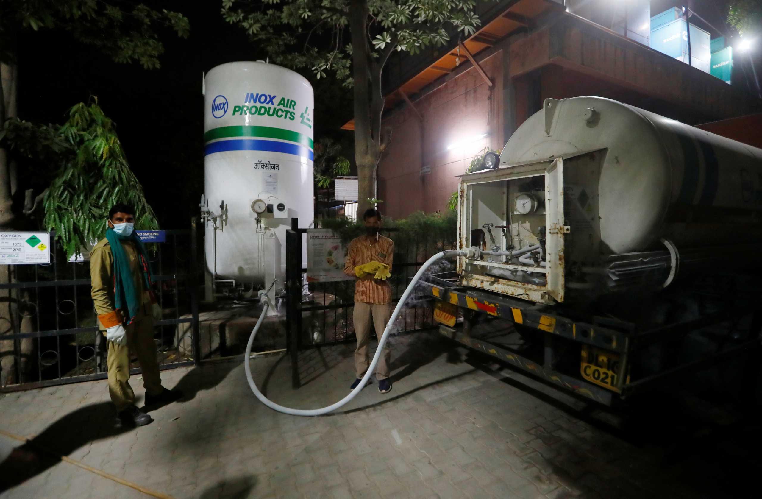 Ινδία: Με τη συνοδεία ένοπλων αστυνομικών πηγαίνουν οξυγόνο στα νοσοκομεία (pics, vids)
