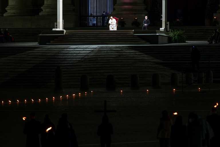 Το συγκινητικό μήνυμα από τον πάπα για το Πάσχα των καθολικών και η άδεια πλατεία του Αγίου Πέτρου (pics)
