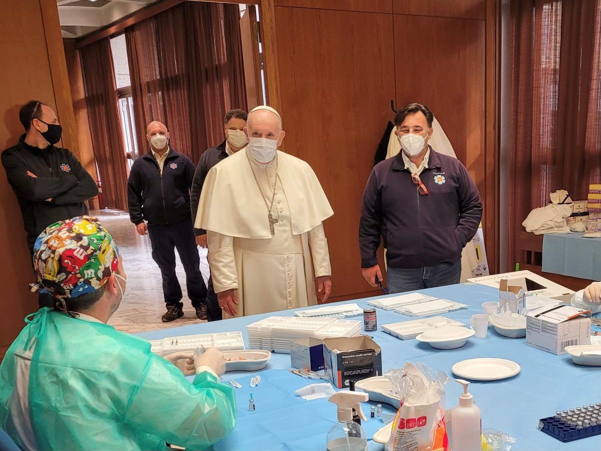 Κορονοϊός: Άποροι και άστεγοι εμβολιάζονται μέσα στο Βατικανό παρουσία του Πάπα  (pics)