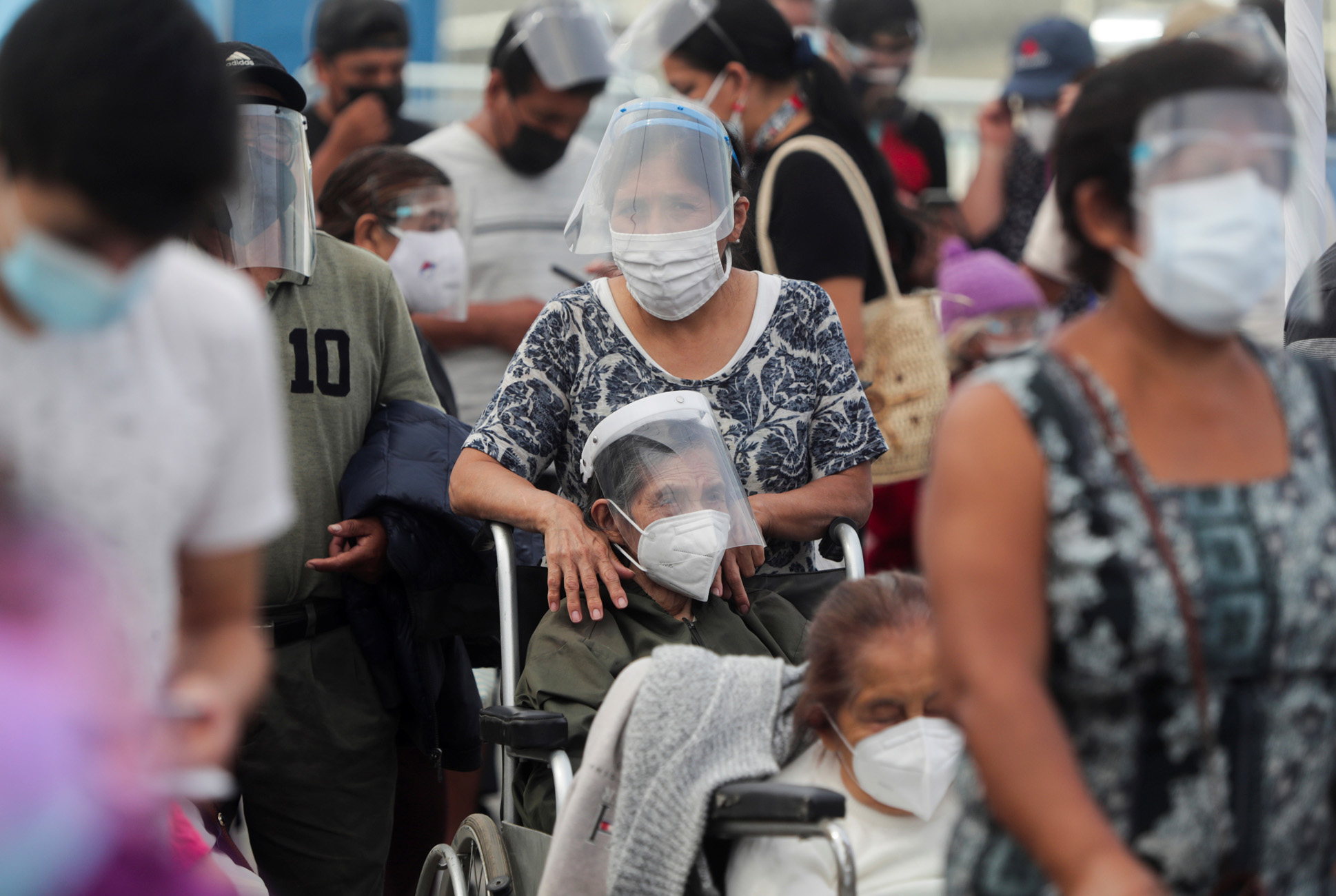 Περού: Υποχρεωτική η χρήση διπλής μάσκας στα καταστήματα