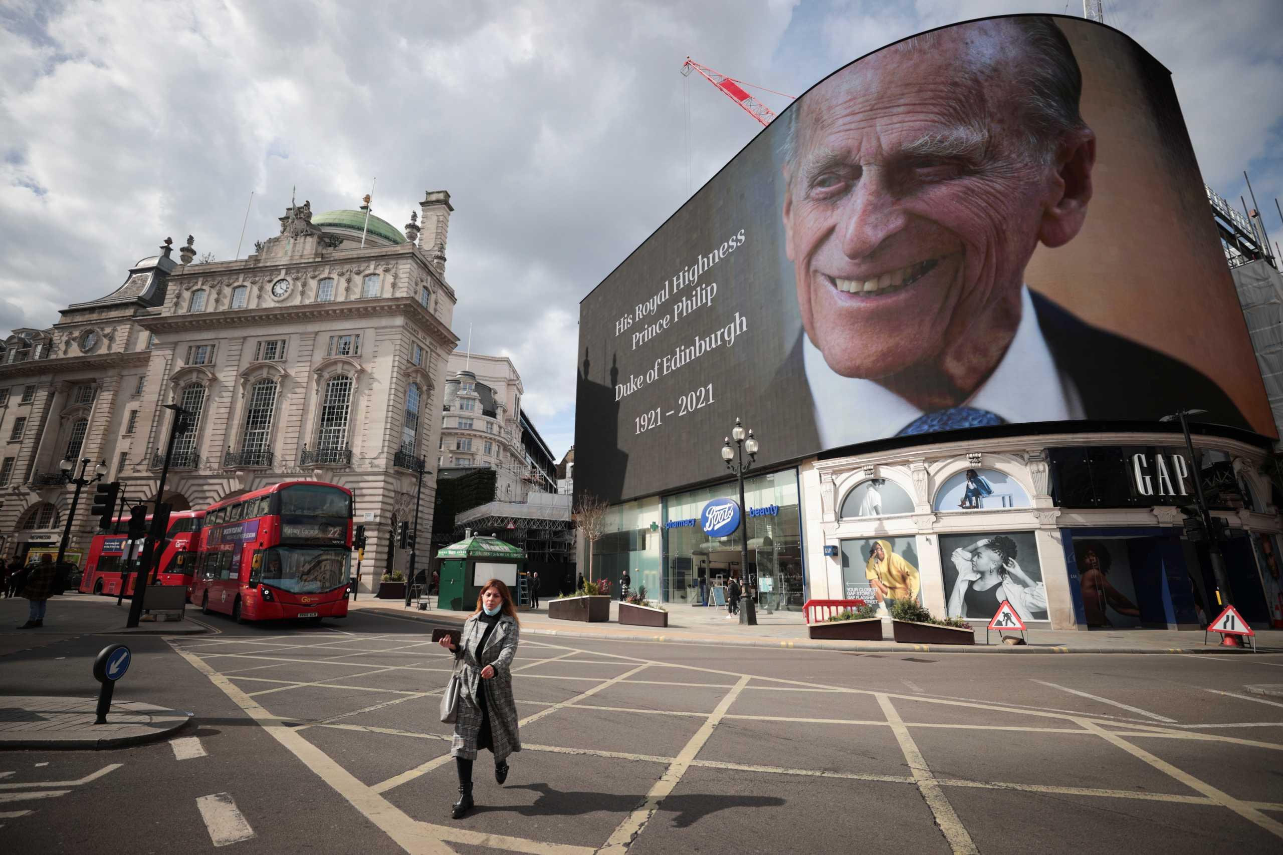 Το Λονδίνο υποκλίνεται στον Πρίγκιπα Φίλιππο στο Piccadilly Circus