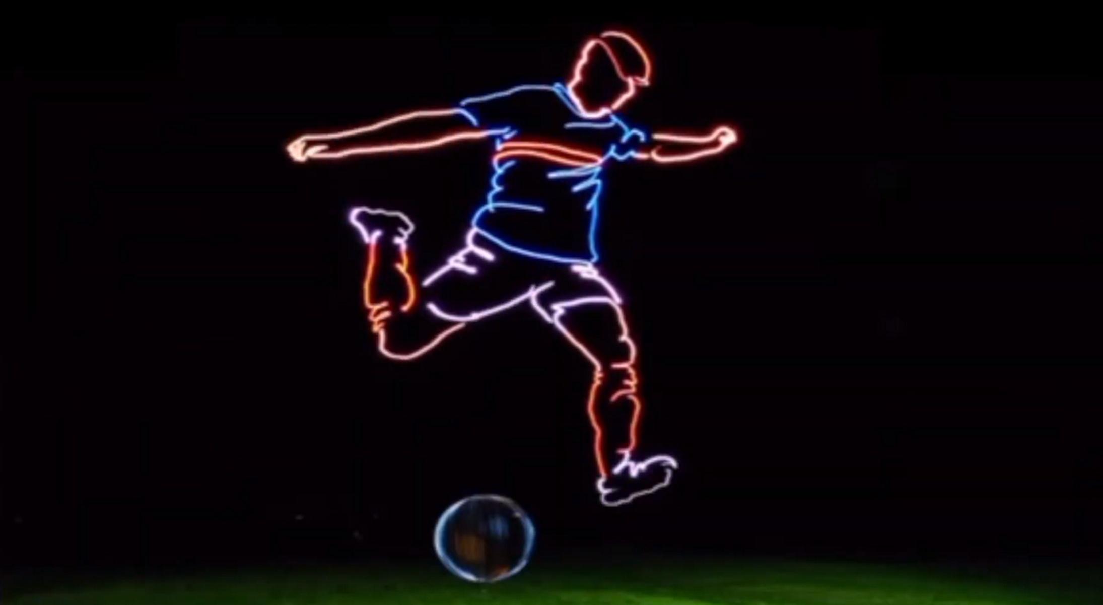 Υπέροχο γκολ – Πέντε drones «ζωγράφισαν» έναν γιγαντιαίο ποδοσφαιριστή στον ουρανό (video)
