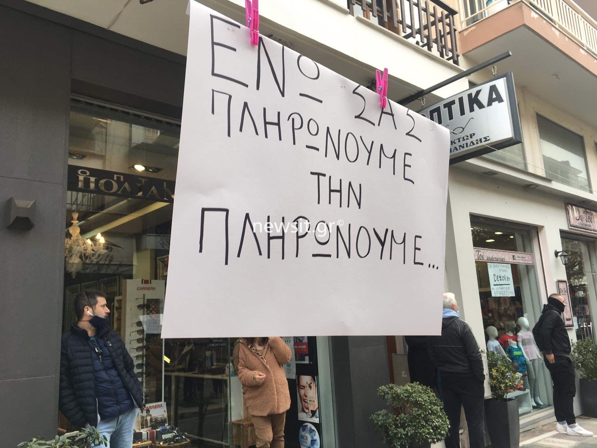 Πολίχνη: Άναψαν τα φώτα στα καταστήματα και κρέμασαν μαύρα πανιά (pics)