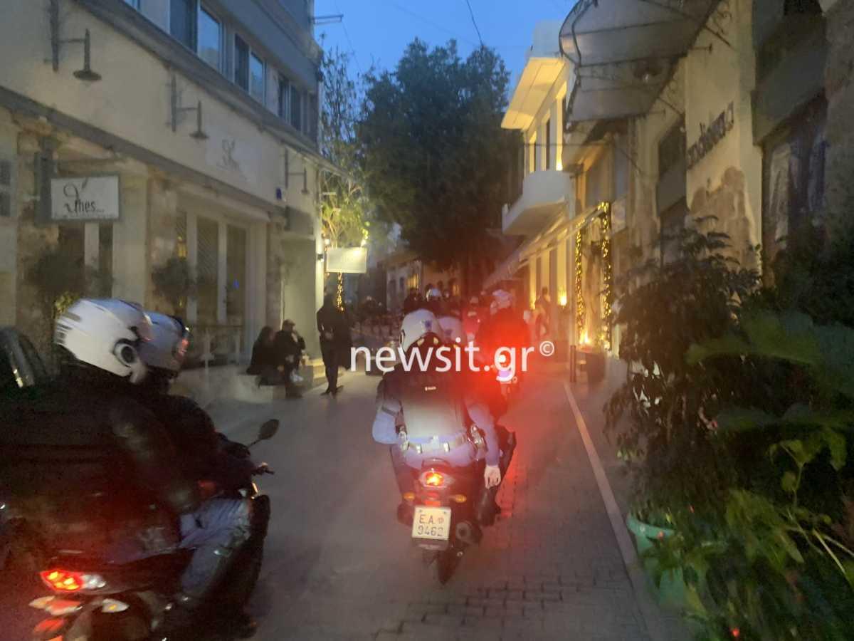 Ψυρρή: Χαμός από κόσμο – «Ντου» της αστυνομίας με πρόστιμα (video)